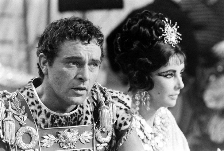 Not Published In Life Richard Burton And Elizabeth Taylor On The Set Of Cleopatra Rome 1962 Elizabeth Taylor Cleopatra Liz Taylor Richard Burton