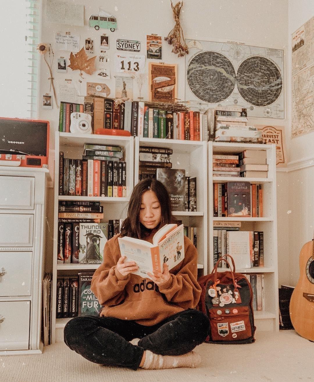 """Photo of sydney ? på Instagram: """"avbildet: et vilt Sydney i sitt naturlige habitat, lykkelig lesende og omgitt av bøker som ikke er avbildet: et grinete Sydney, lei av å kaste seg…"""""""