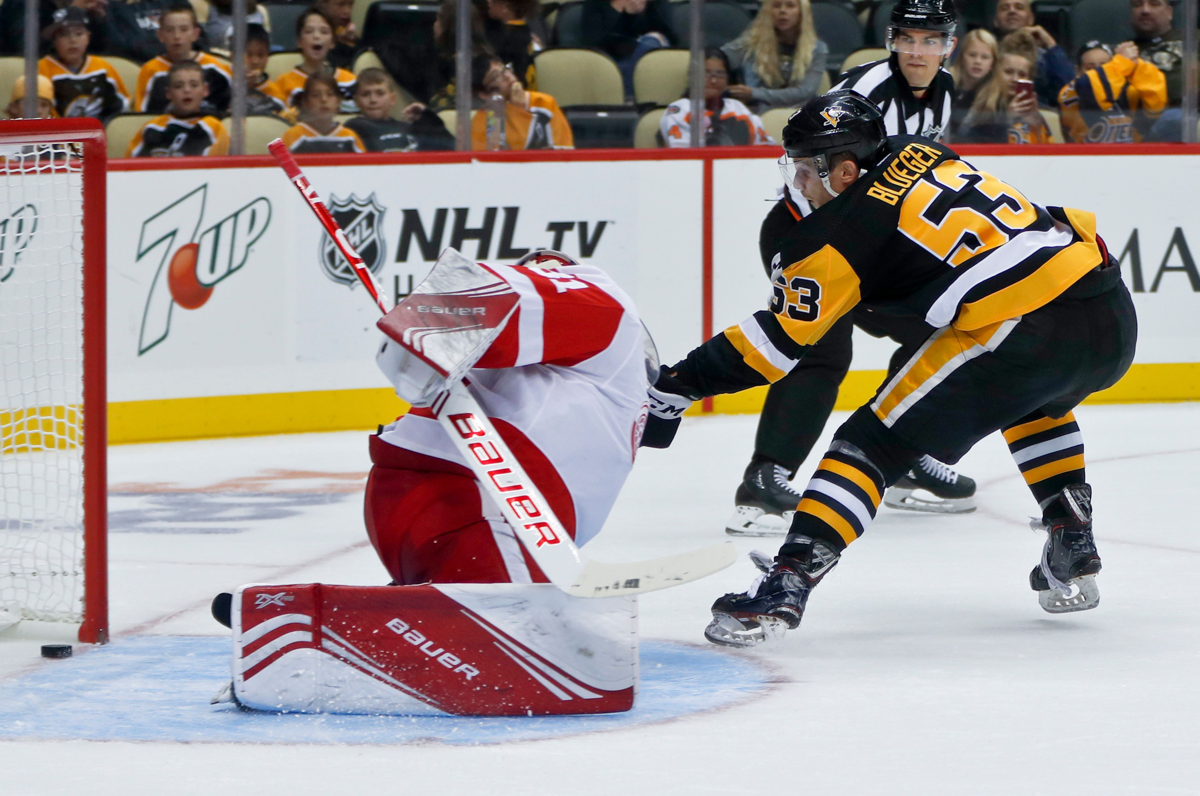 Red Wings use 2ndperiod spree to beat Penguins 32 via