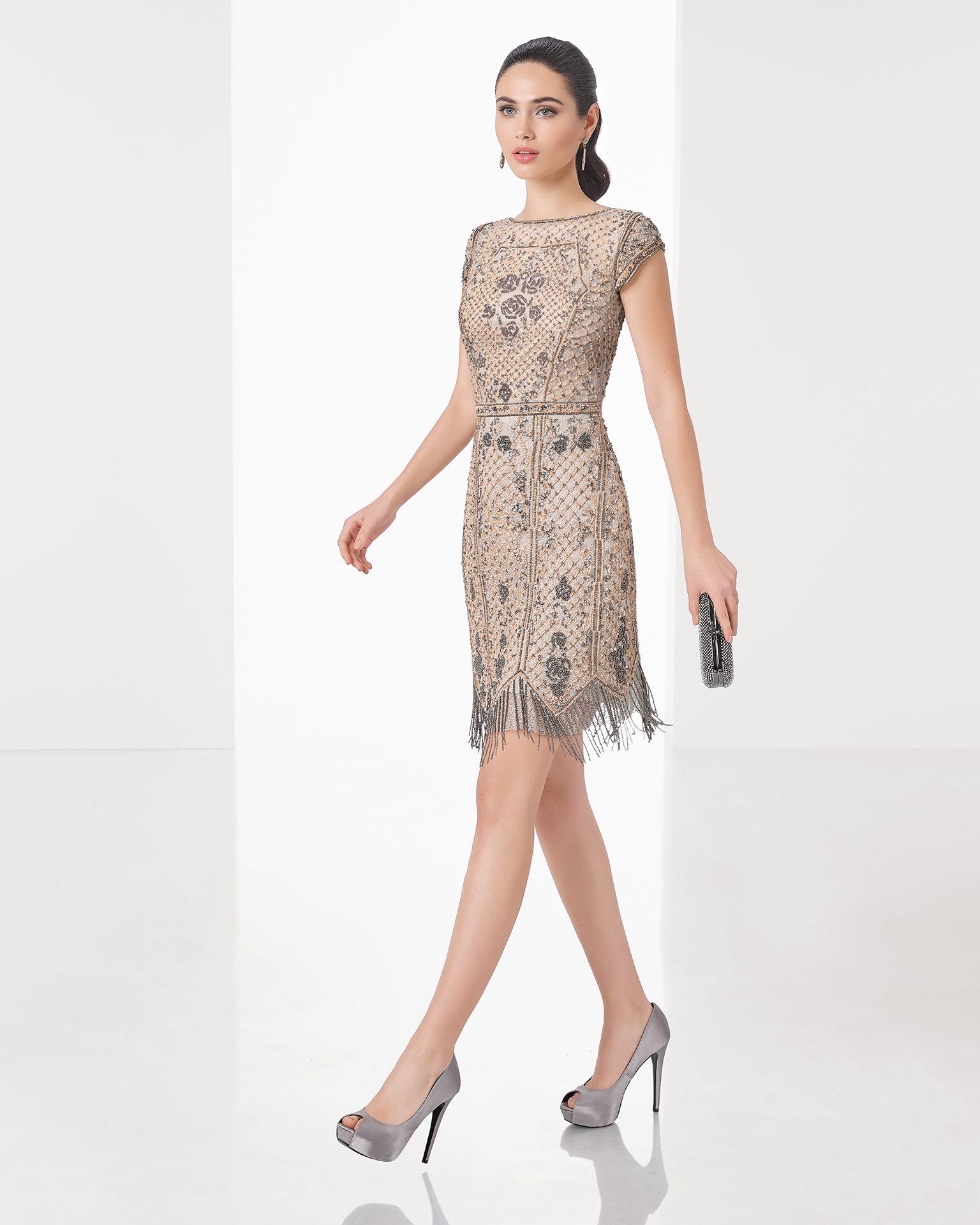 fecf9d083 Vestido de fiesta corto de pedrería sobre malla metálica con manga corta y  escote redondo