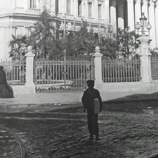 Canillita, frente al Congreso de Santiago. Chile.