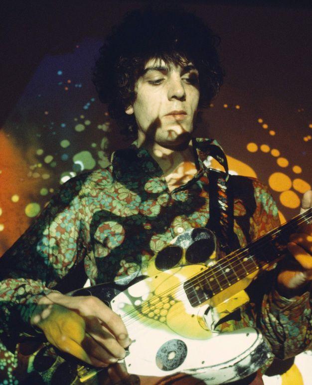 Syd Barrett jouant sur la scène de l'UFO  1967.