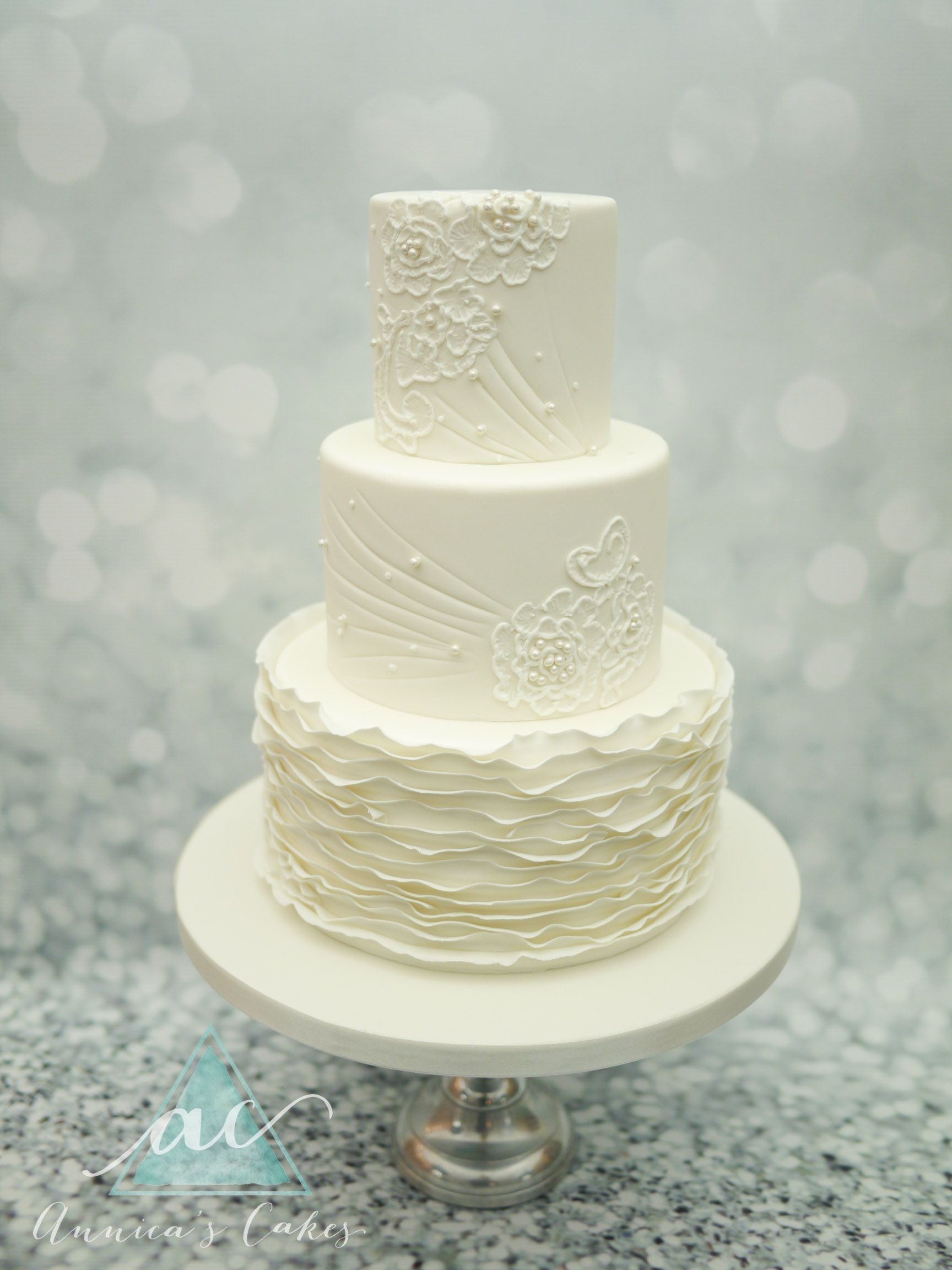 Wedding Cake ruches and brush embroidery Bruidstaart met kant ...