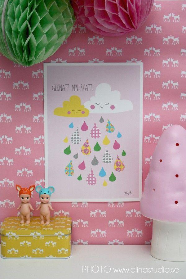 Pink and white deer wallpaper, Sonny Angel dolls, Raincloud print, honeycomb pompoms. Colourful kidsroom details by elinochalva - Shoppingtokig mamma som älskar pyssel inredning och mode