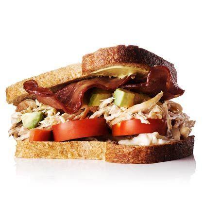 Hühnchen-, Avocado- und Truthahn-Speck-Sandwich - -  Hühnchen-, Avocado- und Truthahn-Speck-Sandw