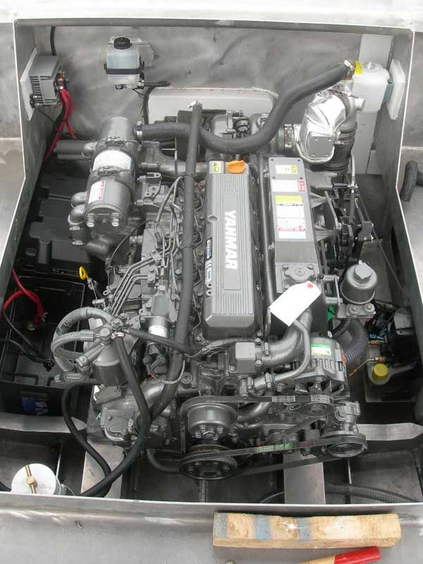 Yanmar 4lha 240 Hp Engine Installed In 7 6 Meter Landing Craft Motores Diesel Engine Diesel Engineering
