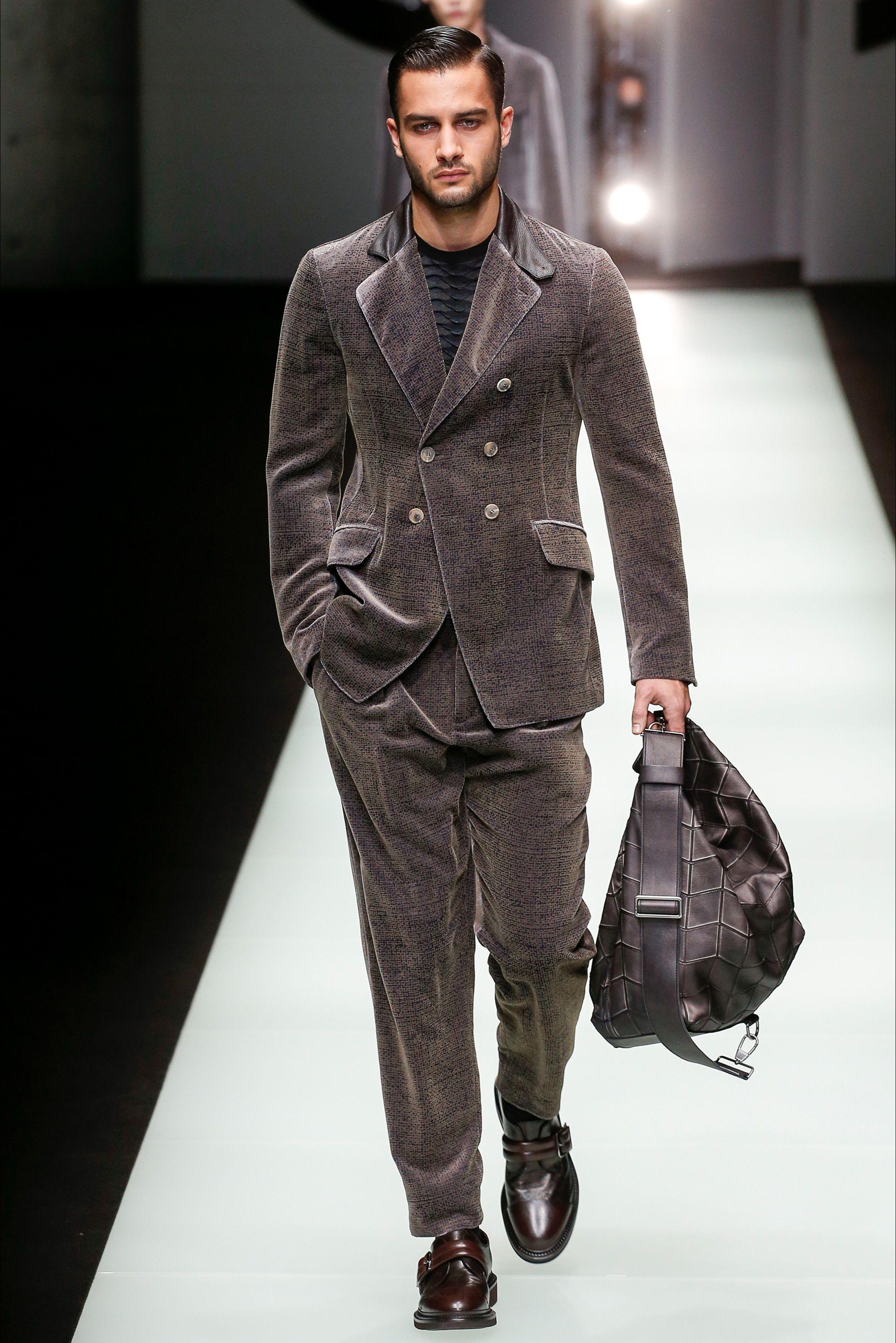 Guarda la sfilata di moda uomo Giorgio Armani a Milano e scopri la  collezione di abiti e accessori per la stagione Autunno Inverno 2018-19. ad228053f1d