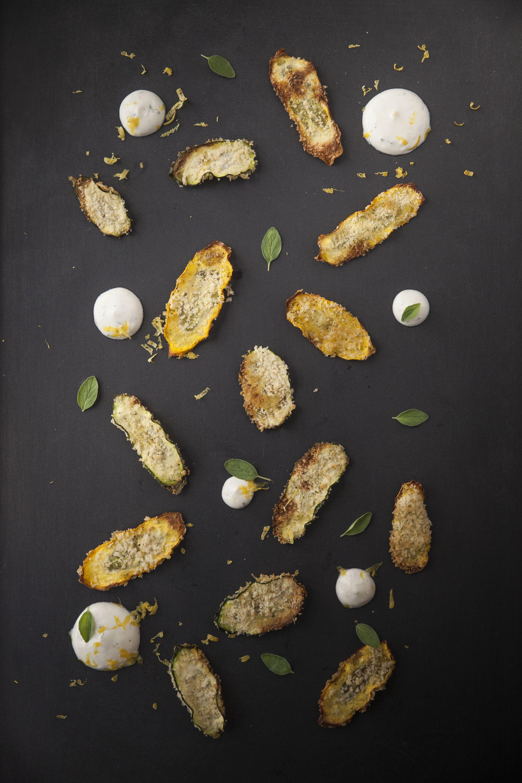 Rendement : 4 portions Ingrédients: 1 petite courgette verte 1 petite courgette jaune 250 ml (1 tasse) de chapelure panko 45 ml (3 c. à soupe) d'huile d'olive 85 ml (1/3 de tasse) de parmesan… Read More