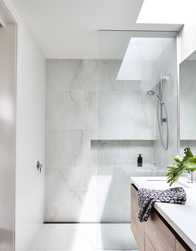 Elsternwick House: Nice bathroom. Marble-look tiles are ...