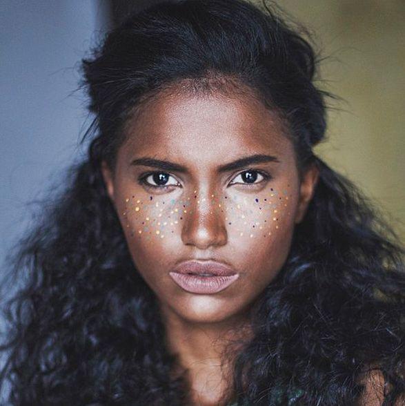 Rainbow freckles: a nova loucurinha de beleza que vai cair bem pro Carnaval!