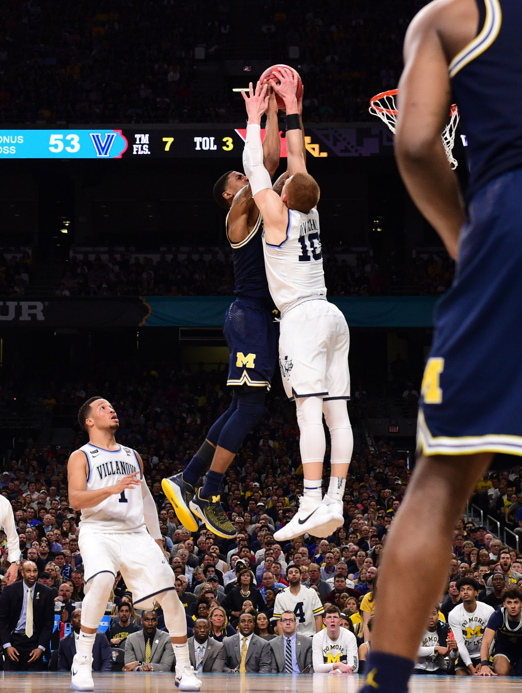 e1cde8d5e5d Donte DiVincenzo s monster block became the best photo from Villanova s  title win