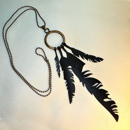 Colar Sonhos by Rust Miner- Penas corte a laser - câmaras de ar. #upcycle, inner tube. feather, necklace, pendant