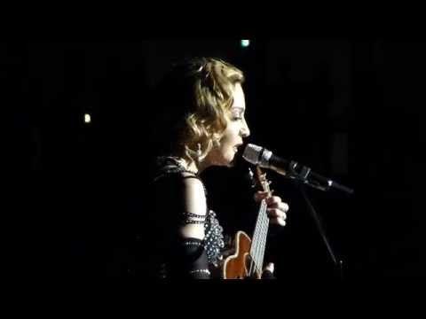 """Lors d'un concert à Stockholm - Pour les victimes de Paris, Madonna chante """"La Vie en rose"""""""