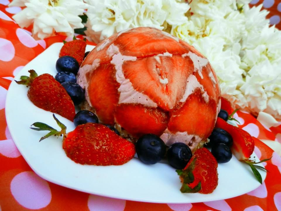 raw, orange and lemon zest and juice in coconut date almond crust yum!strawberry coconut cream tort! raw torta, jahodová šarlota, jahody, jahodová torta