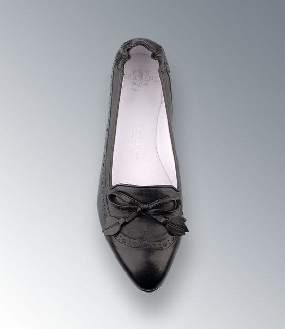 Trumans Slipper mit Lochlyra und Lederschleife, schlanker Leisten in schwarz - Schuhwahnsinn Lakota Internationale Schuhmode e.K.