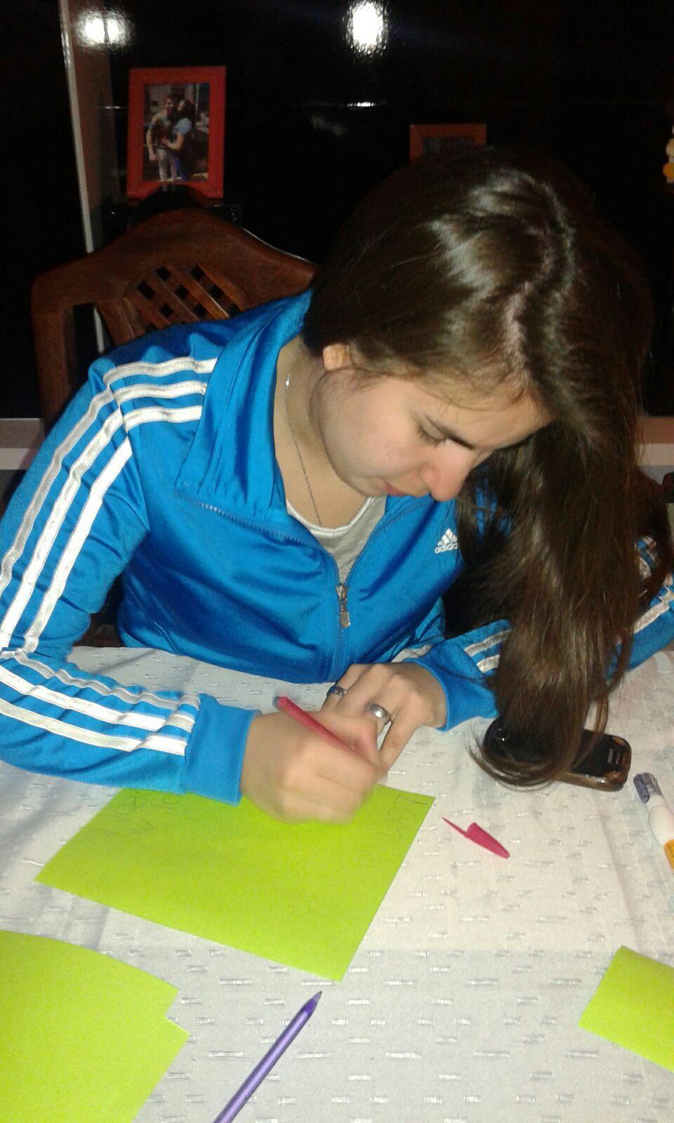 Compañeras trabajando en los folletos