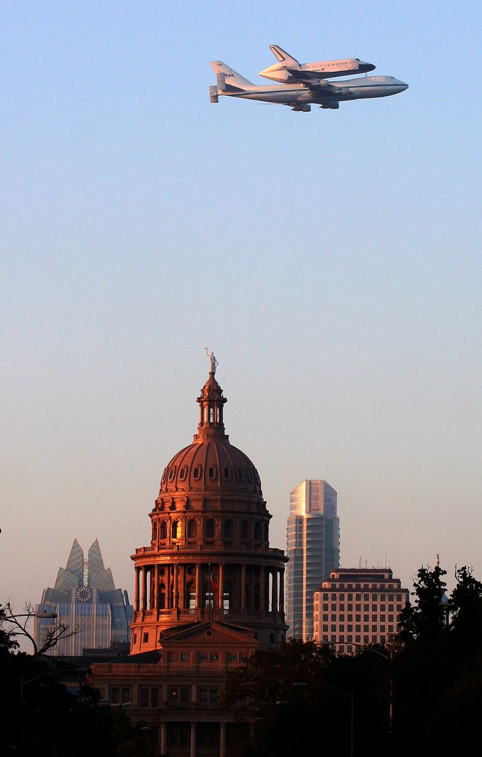Space Shuttle Endeavour Flying Over The Capitol At The Morning Of 2012 09 20 Photo By Alberto Martinez American Statesman Scenic Texas Photo Photo
