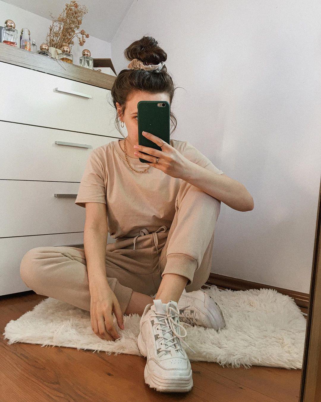 Kefretete Kasia Stanek On Instagram Jakis Czas Temu Pokazywalam Wam Na Story Najpiekniejsze I Mega Wygodne Bezowe Dresy Z Bas Mirror Selfie Selfie Scenes