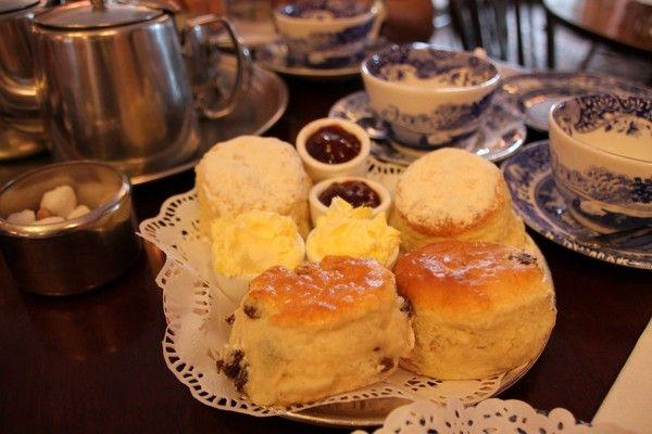 Nhà hàng Maids of Hounour được thành lập từ thế kỷ 18. Các món bánh nướng tại đây đã trở thành huyền thoại ở thành phố London. Ngoài ra, bạn cũng có thể chọn rất nhiều thực đơn trà khác nhau cùng với đồ mặn và rượu champagne với giá 15 bảng (~485 nghìn VND) một người.