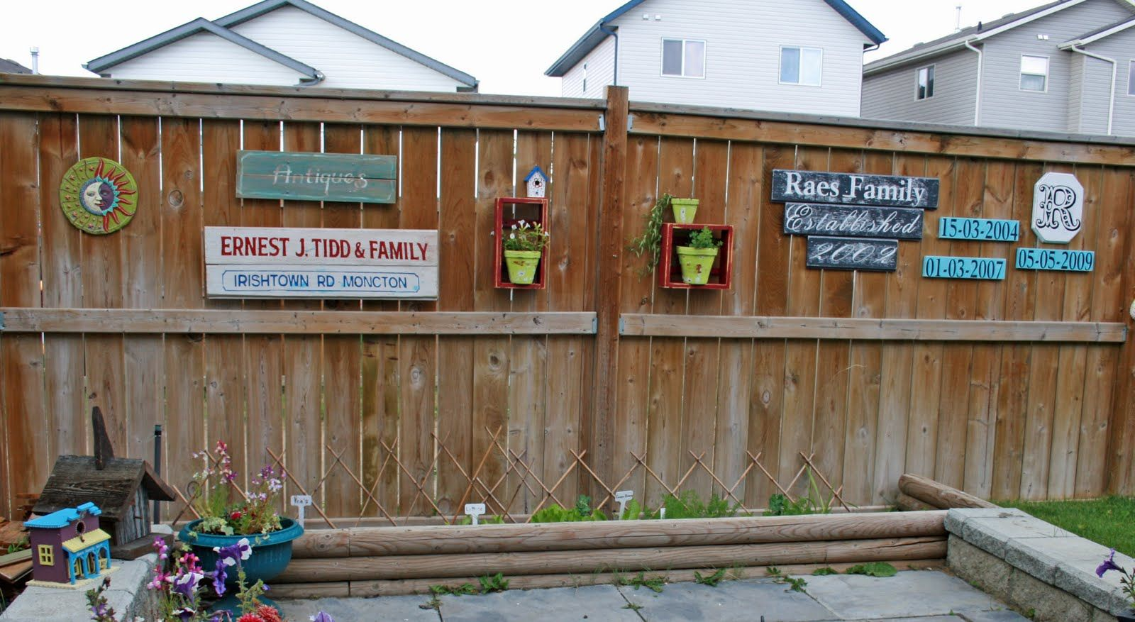 ideas to decorate the backyard fence with.