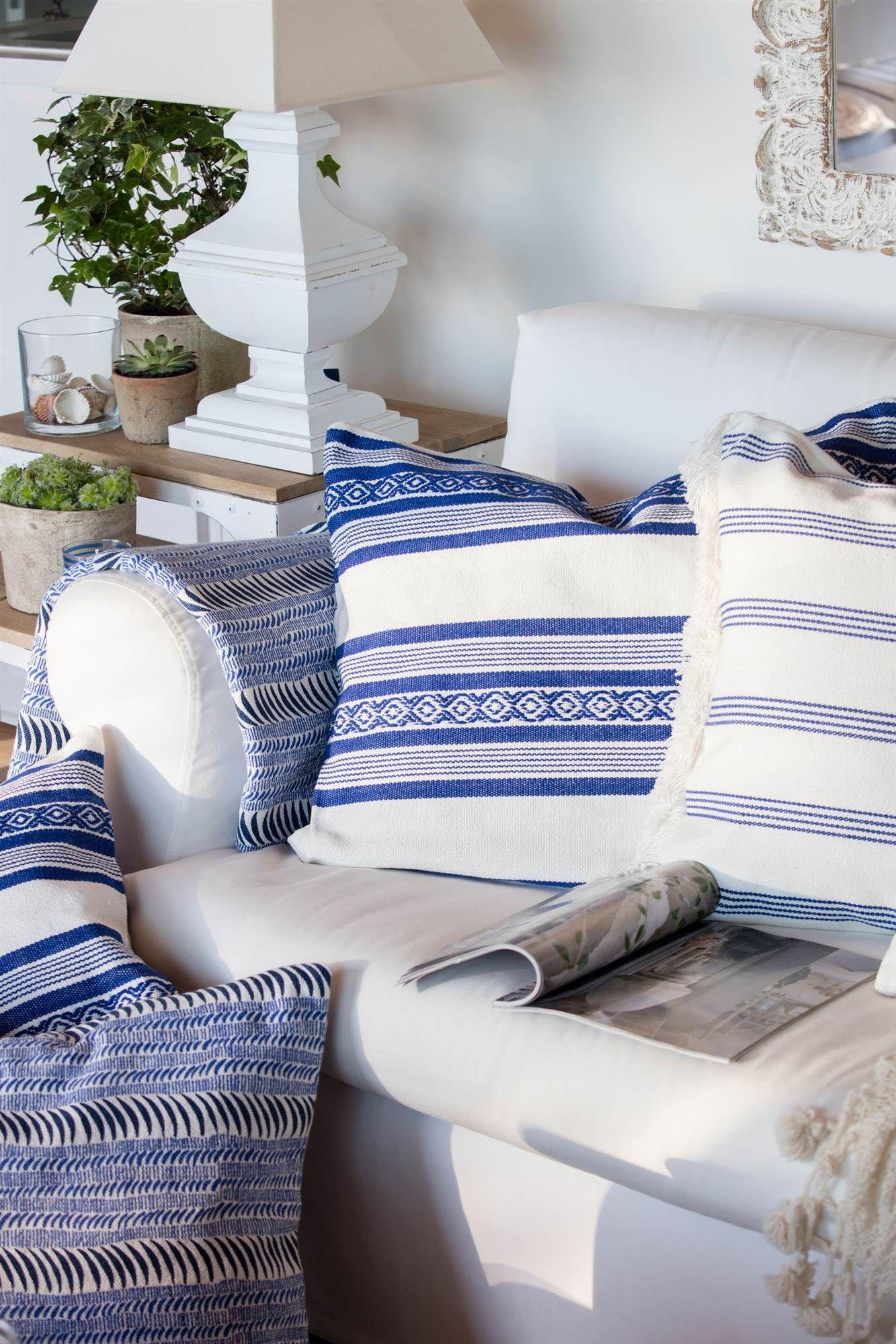 Como Decorar Un Sofa Blanco Con Cojines.Estilo Marinero Con Blanco Y Azul En 2019 Cojines Azules
