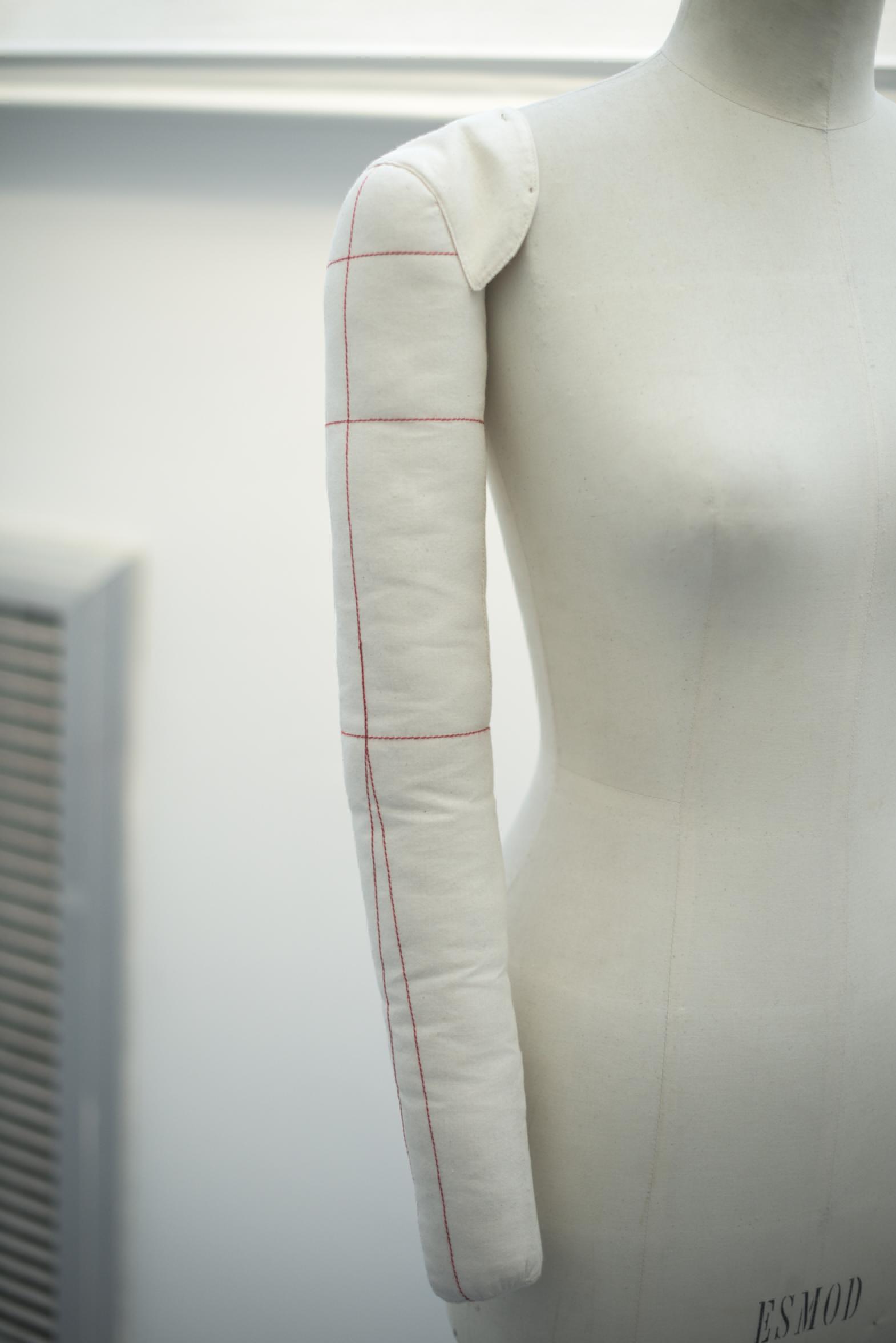 Bras de buste mannequin en kapock recouvert de toile écrue avec lignes de  construction. Épaulette ca4452d07187