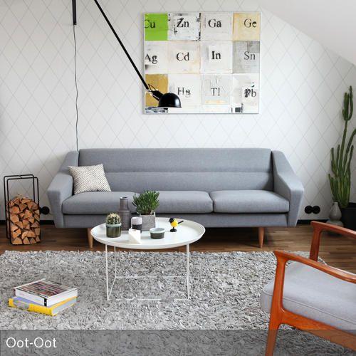 Wohnzimmer im skandinavischen Style mit einem grauen Sofa im Retro ...