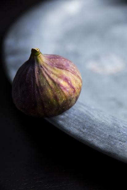 I love figs. I do, I do, I do!! http://www.jotainmaukasta.fi/2014/08/28/viikuna-mozzarellasalaatti/