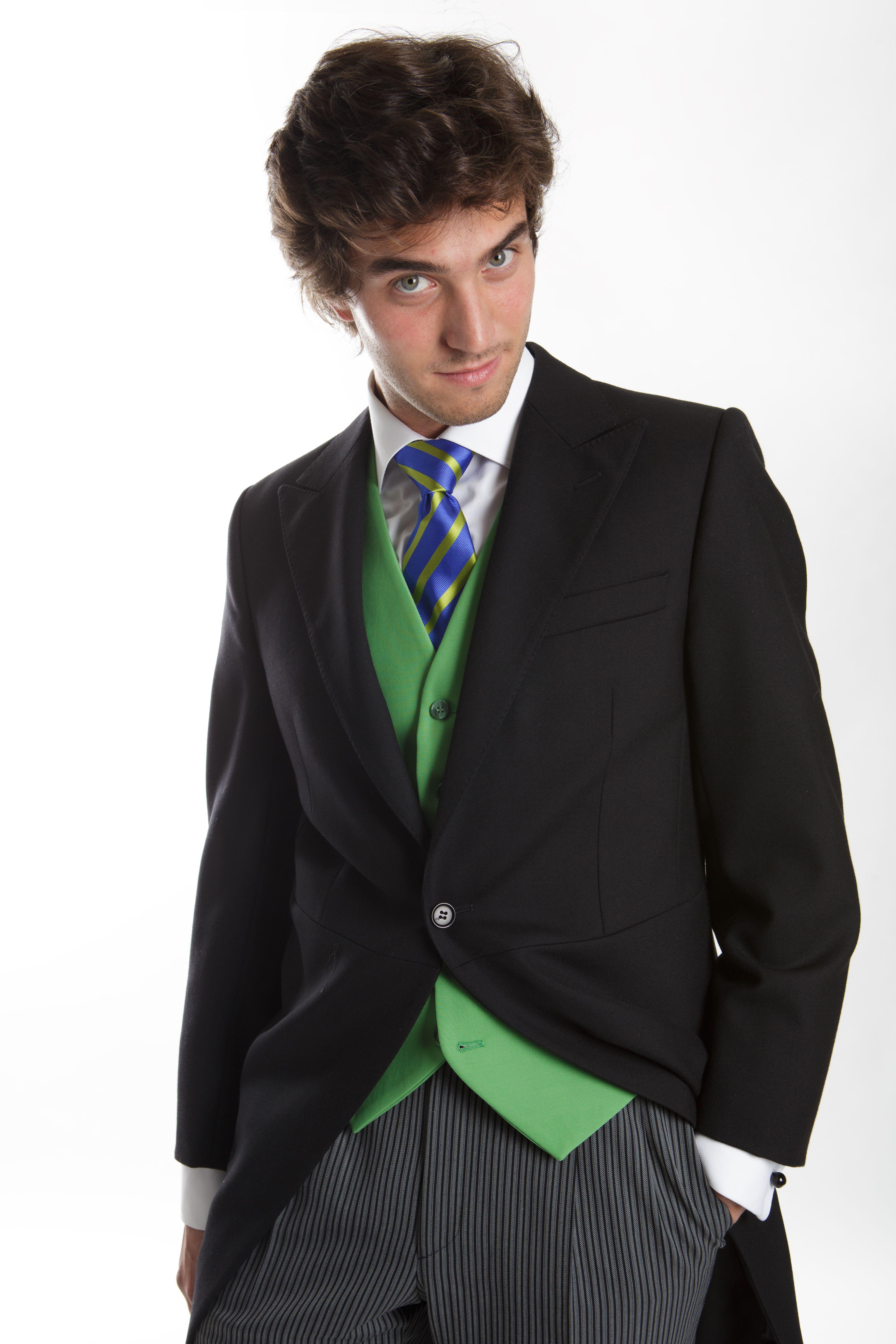 fdce227877a57 Chaqué clásico con corbata y chaleco verde. Elegancia total ...