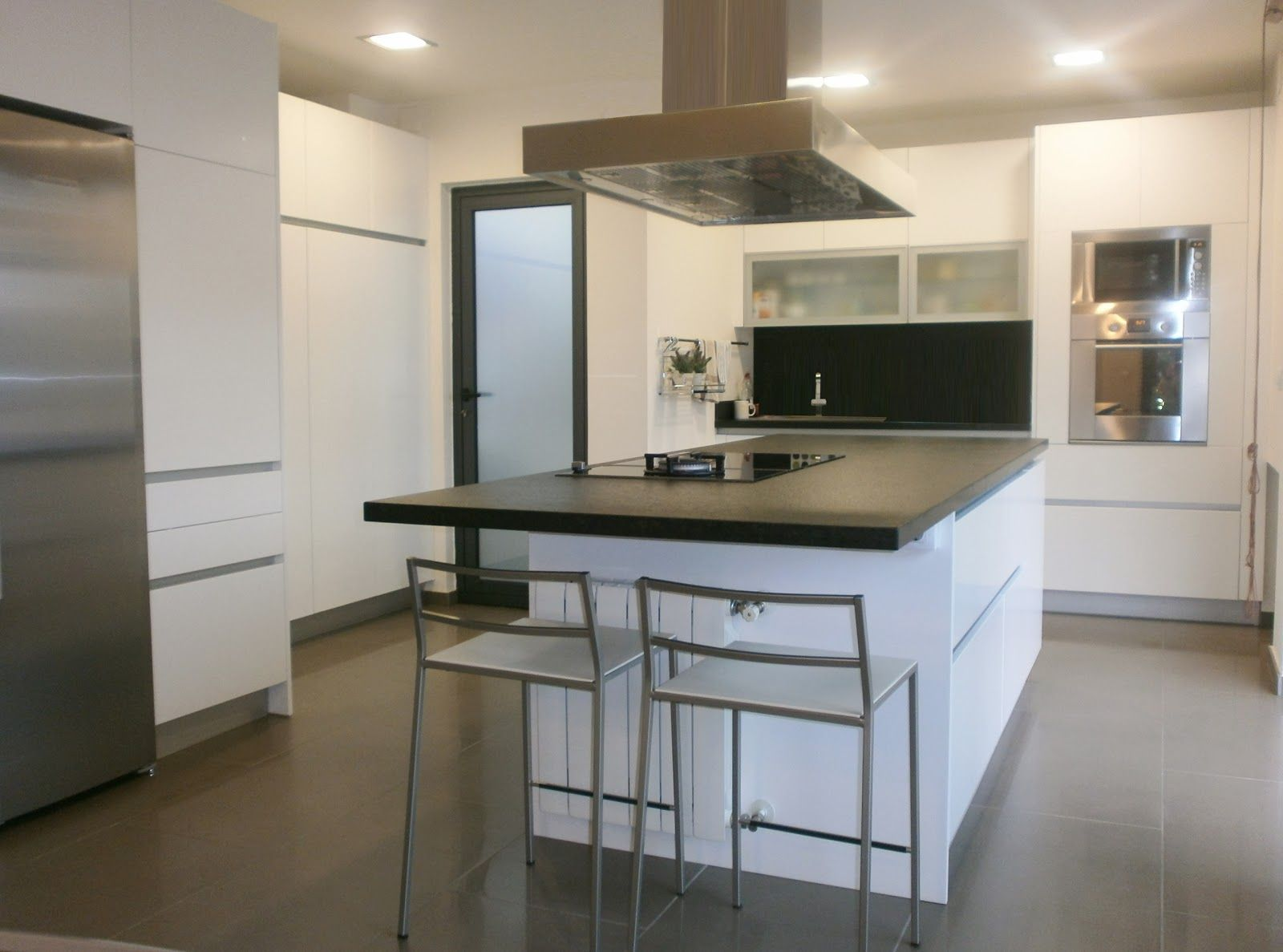 granito negro y cocina blanca sobria y actual cocinas