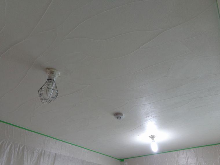 リビング天井の珪藻土塗り コテ波残し模様を付けて リビング 天井