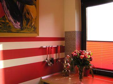 diese k che mit roten farbstreifen an der wand passt zum einrichtunsstil kreative gestaltung. Black Bedroom Furniture Sets. Home Design Ideas