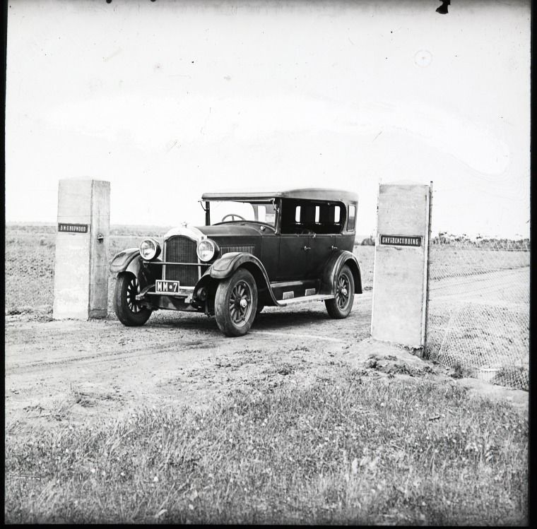 090435PD Car at entrance to property of B W G Hopwood