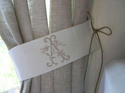 free embrasse rideau lin cru monogramme aux roses jolies embrasses de rideaux dcoration. Black Bedroom Furniture Sets. Home Design Ideas