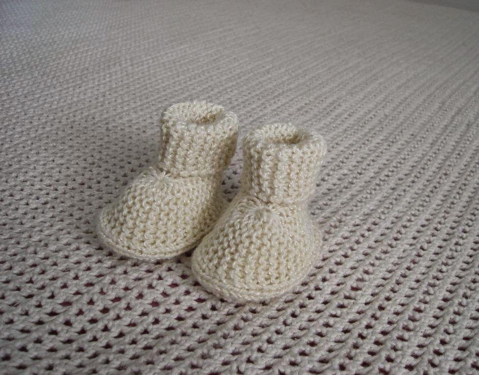 a70d4a891a0d2 Botinha de bebê. Trabalhos de trico e croche. Casaquinho de bebe facil de  fazer. Gorros De Trico