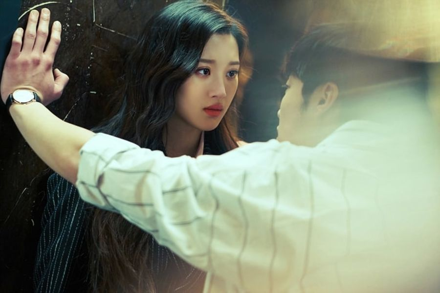 """Moon Ga Young And Woo Do Hwan Face Each Other Over Their Game Of Seduction In """"Tempted"""""""