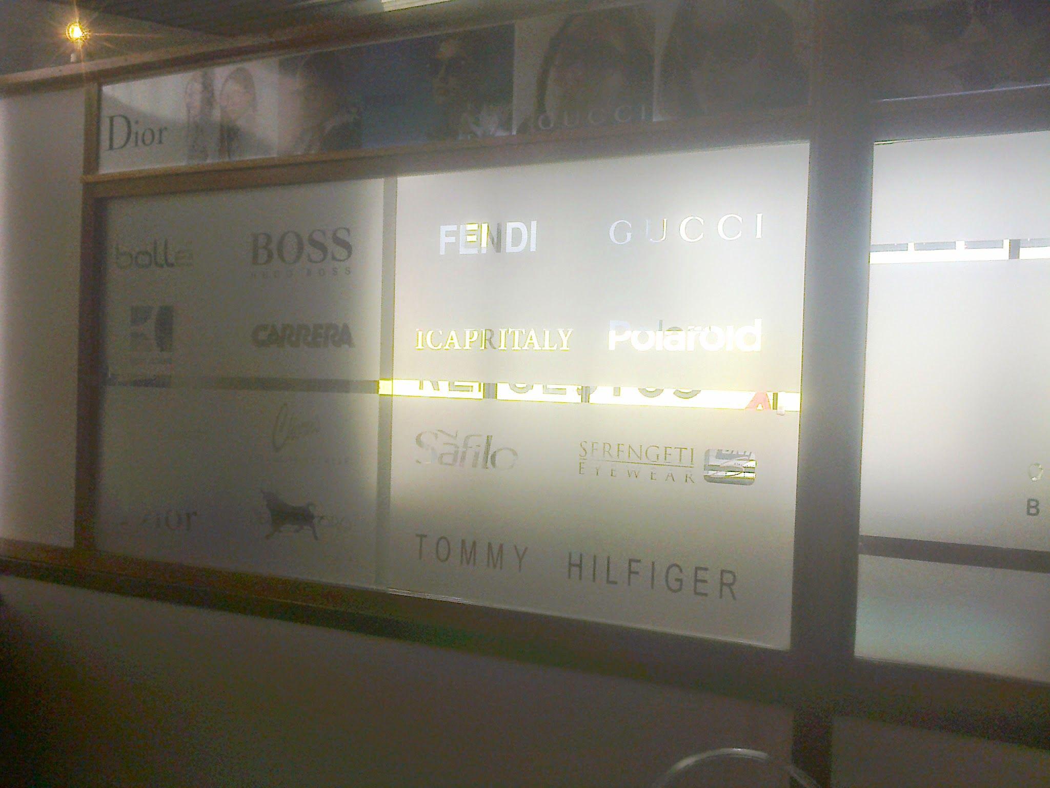 Vinilo esmerilado con logos calados. Decoración de oficina ...