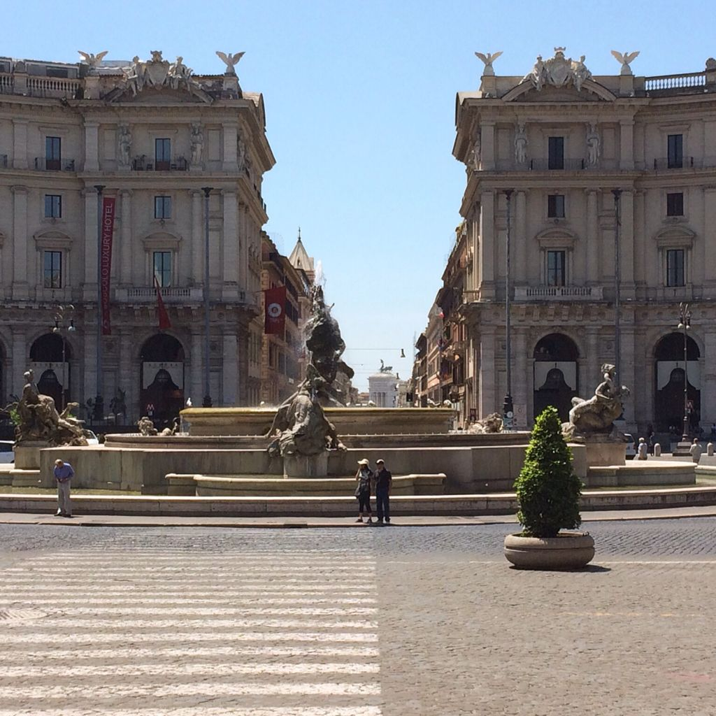 Good morning Rome! A spectacular view from Piazza della Repubblica all the way down to Piazza Venezia