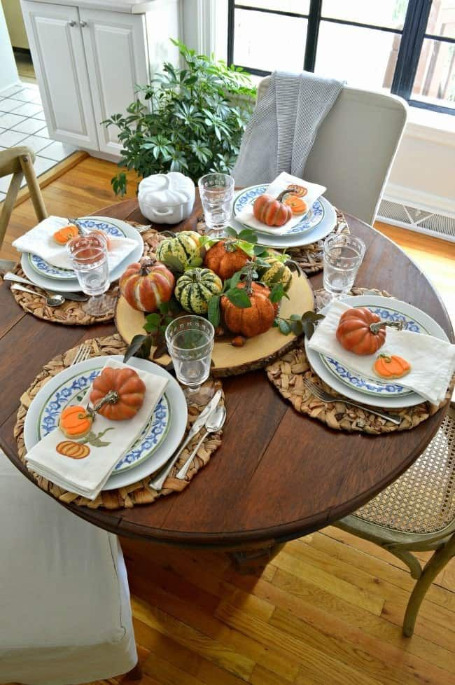 Simple Fall Tablescape Ideas Using Blue and White #roundtabledecor