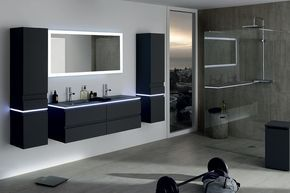 Le 4 astuces pour une salle de bain noir et blanc r�ussie : choisissez un meuble suspendu pour un rendu plus a�rien, multipliez les sources de lumi�re avec des bandeaux LED, gardez des murs blanc pour jouer le contraste et enfin optez pour une douche ital