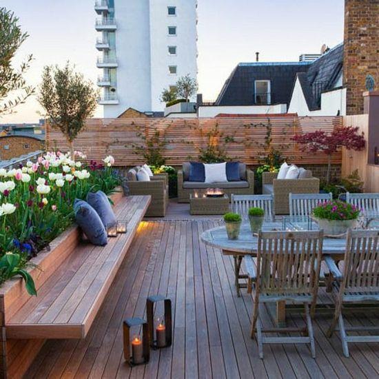 Moderne Terrasse Gestalten Holzsitzbank Essecke Romantische Atmosphäre  Kerzen Viele Blumen