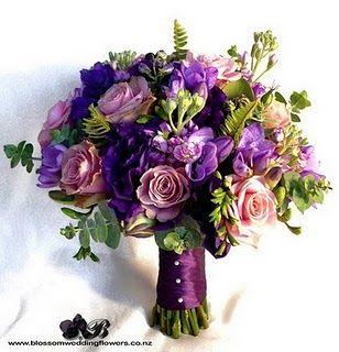 Buque M A R A V I L H O S O com flores roxa e lilás e suculentas.