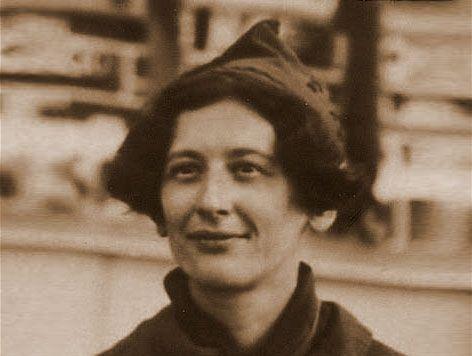 """""""Las personas están hechas de tal modo que quienes oprimen no sienten nada; es la persona oprimida la que siente lo que está ocurriendo. A menos que nos hayamos puesto del lado de la persona oprimida, para sentir como ella, no podemos entender"""". Simone Weil (1909-1943)"""