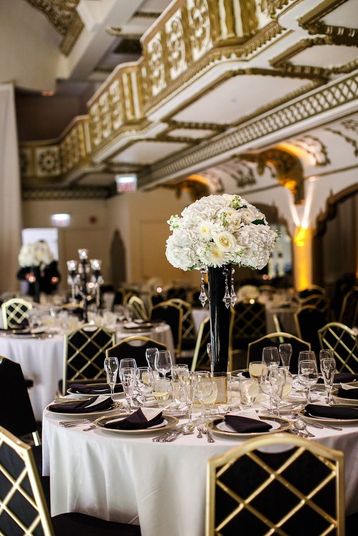 Black and White Reception with Gold Details | Photo: Elizabeth ...