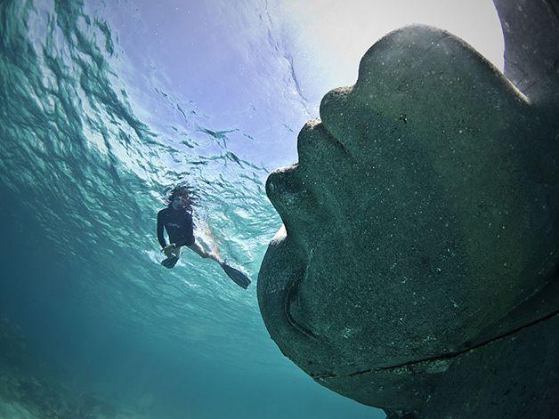 http://www.hypeness.com.br/2014/11/6-intervencoes-feitas-debaixo-do-mar/