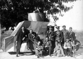 Pando Barrero, Juan Miguel: El frente de Toledo. Corresponsales de guerra posan con la dotación del vehículo blindado