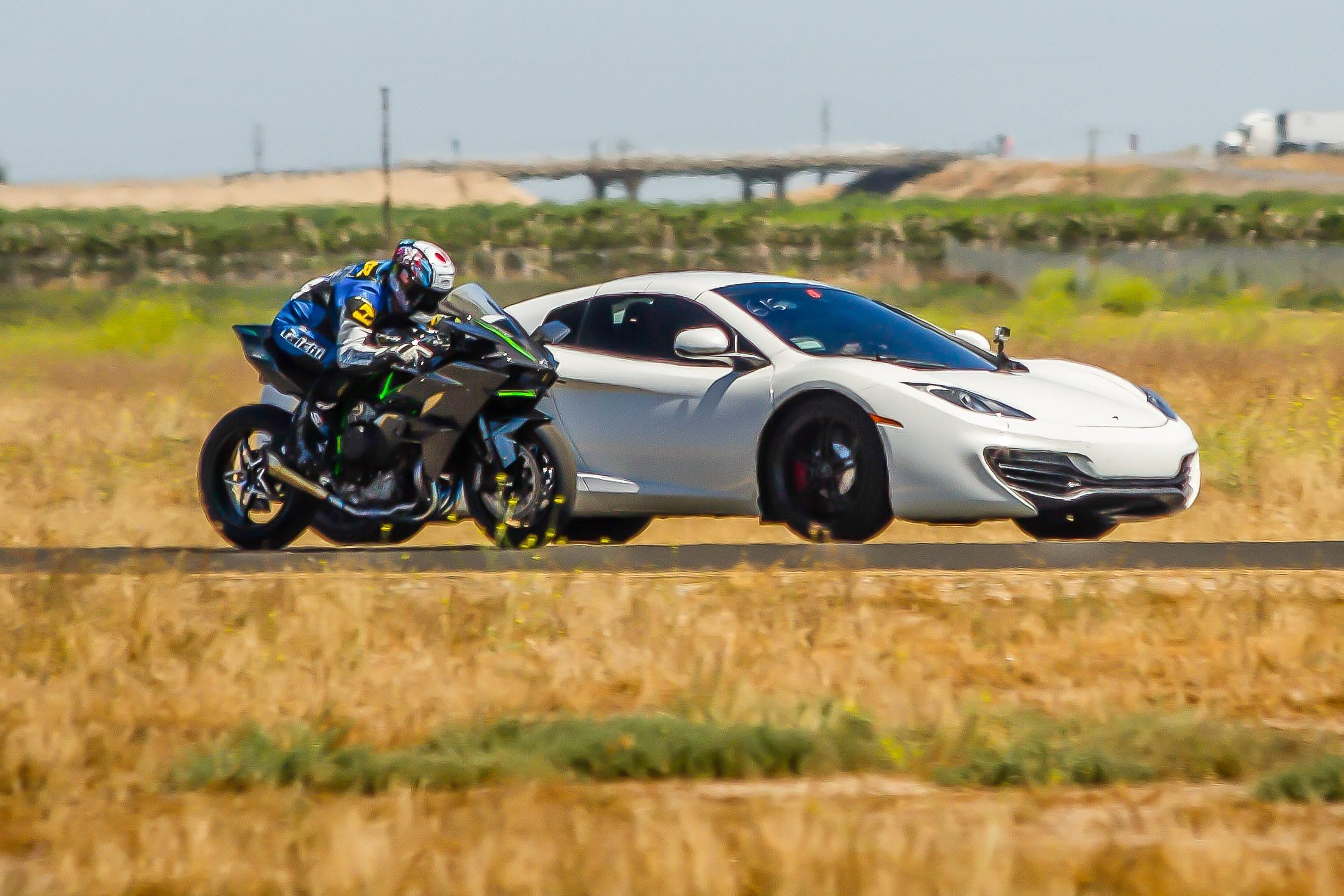 Kawasaki H2r Vs Mclaren Mp4 12c Supercar 1 2 Mile Airstrip Race
