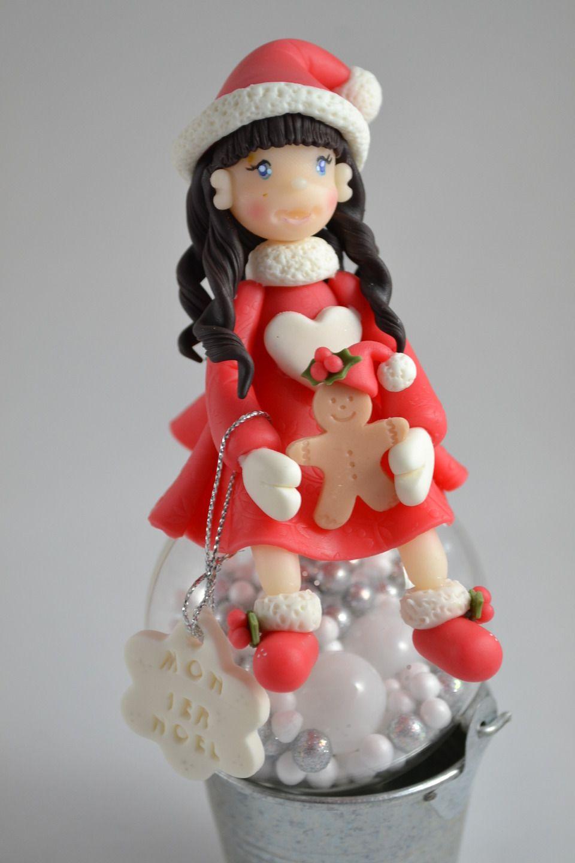 Boule de Noël personnalisable décorée d'une figurine en porcelaine