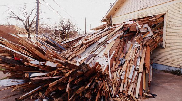 A Condemned House Explodes Onto The Streets Of Austin Cool Art Street Art Colossal Art