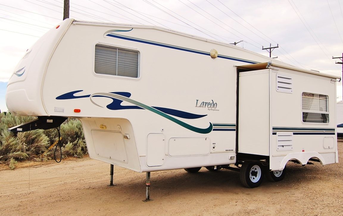 Master the open road with this 2001 Keystone Laredo 25RL